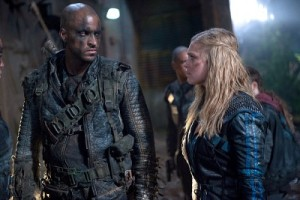 """The 100 -- """"Blood Must Have Blood, Part One"""" -- Image HU215B_0412 -- Pictured (L-R): Ricky Whittle as Lincoln and Eliza Taylor as Clarke -- Credit: Diyah Pera/The CW -- © 2015 The CW Network, LLC. All Rights Reserved"""