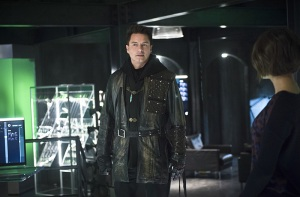 """Arrow -- """"Eleven-Fifty-Nine"""" -- Image AR418b_0165b.jpg -- Pictured: John Barrowman as Malcolm Merlyn -- Photo: Diyah Pera/The CW -- © 2016 The CW Network, LLC. All Rights Reserved."""