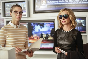 """Supergirl -- """"The Adventures Of Supergirl"""" -- Image SPG201b_0277 -- Pictured (L_R) Benoist Kara and Calista Flockhart as Cat -- Photo: Bettina Strauss/The CW -- © 2016 The CW Network, LLC. All Rights Reserved"""